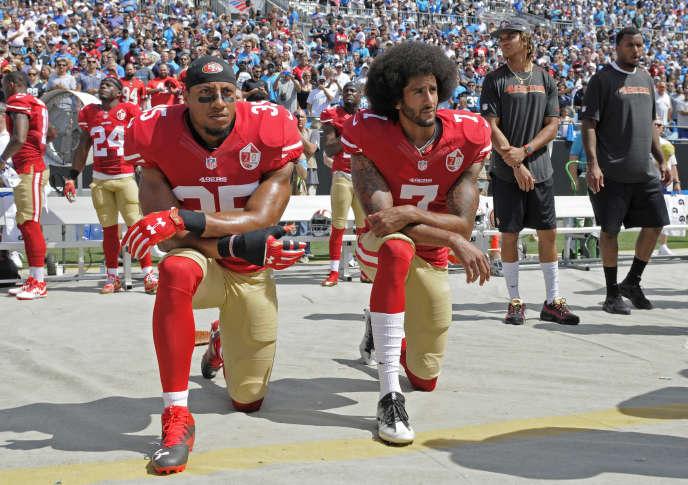 Eric Reid (n° 35) et Colin Kaepernick (n° 7), le 18 septembre, un genou à terre durant l'hymne américain pour protester contre les violences policières faites aux Noirs.