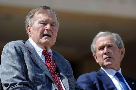George Bush père et son fils à Dallas, en 2013.