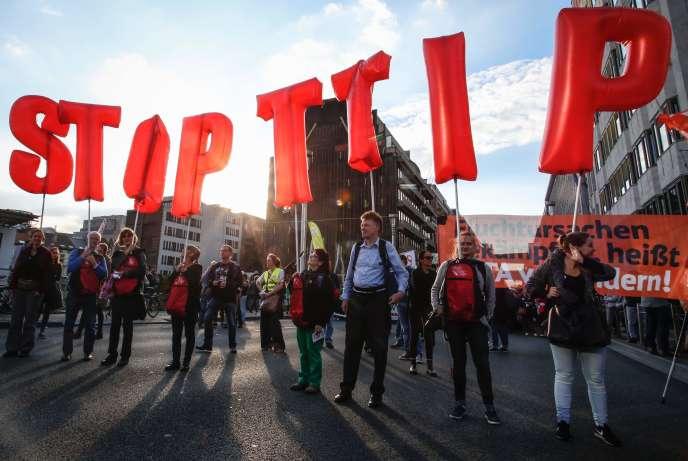 Manifestants anti-TTIP devant le siège de la Commission européenne, à Bruxelles, le 20 septembre.