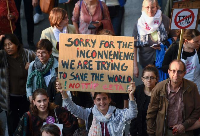 «La mondialisation apparaît bien souvent comme la cause de tous les maux de la France : terrorisme, chômage, désindustrialisation, décrochage dans les classements de toutes sortes, crises européennes ». (Photo: Manifestation contre les projets de traité de commerce entre l'Union européenne et les Etats-Unis (TTIP) et le Canada(CETA), à Bruxelles, le 20 septembre 2016).