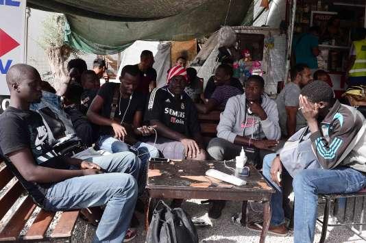 Des migrants au camp de Moria, sur l'île de Lesbos en Grèce, le 20 septembre.