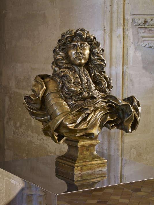 «Autoportrait Louis XIV dans la Chambre du roi».Le buste en bronze du Roi-Soleil (une copie du marbre sculpté par le Bernin), au front«liquidé» dans un four solaire.