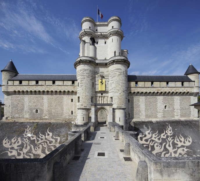 «Proper Graffiti – Flaming» sur le glacis des douves du donjon et «Liquidated Logo Ferrari» sur le châtelet à Vincennes.