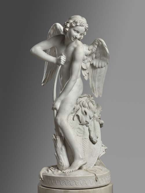 Sculpté dans un bloc de marbre au grain très fin, cet Amour ailé est d'une rare perfection. Notamment le rendu d'une finesse extrêmedes plumes duveteuses sur les ailes déployées de l'ange, comme le réalisme de l'expressiondu lion dépité de son sort.