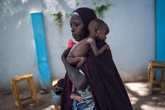 Une mère et son enfant en état de sous nutrition, dans le nord-est du Nigeria, en septembre 2016.