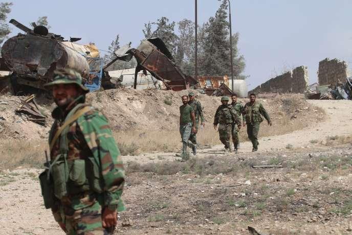 Des combattants pro-régime patrouillent dans le secteur de Ramussa, dans le sud d'Alep, le 21 septembre2016.