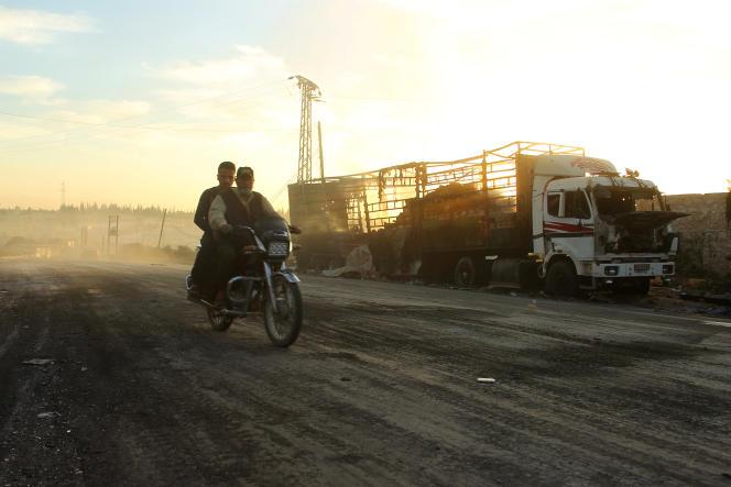 Un camion d'aide humanitairecalciné par l'attaque menée sur le fief rebelle d'Orum Al-Koubra, le 20 septembre 2016.
