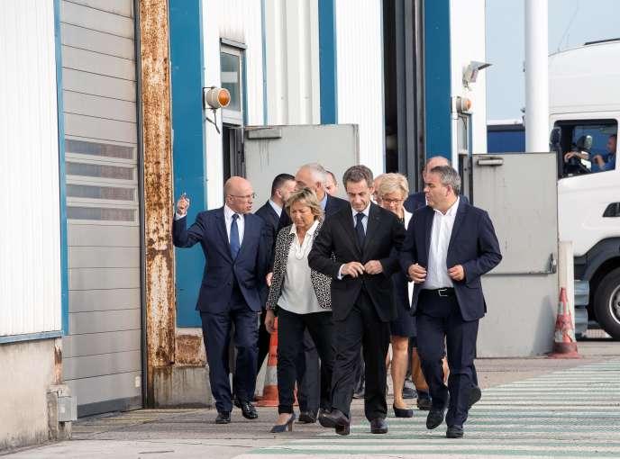 Nicolas Sarkozy visite le port de Calais avec la maire de la ville Natacha Bouchard et le président de la région Xavier Bertrand.