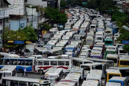 Les employés des transports publics bloquent une avenue, à Caracas, pour protester contre la pénurie de pièces détachées, mercredi 21 septembre.