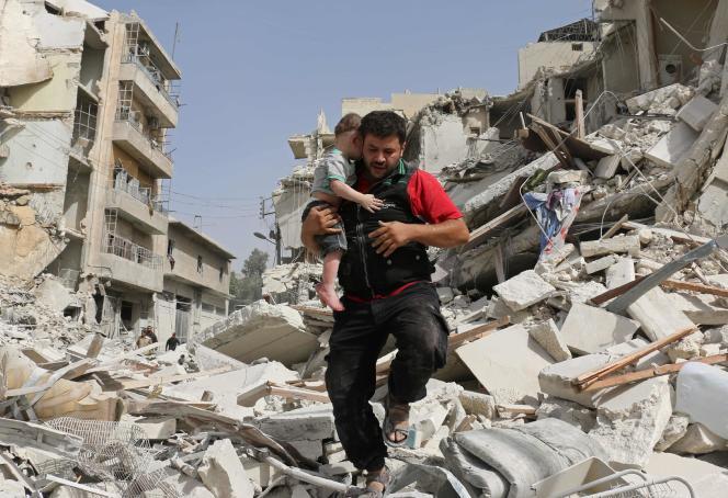Un homme fuit un immeuble détruit par les bombardements à Alep, le 21 septembre.