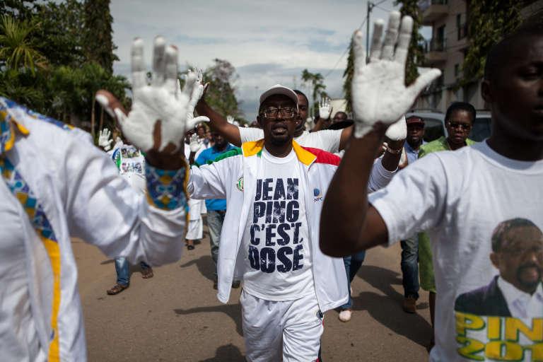 Des partisans de Jean Ping, candidat malheureux de la présidentielle gabonaise, dans les rues de Libreville, le 10 septembre 2016, pour une« marche blanche».