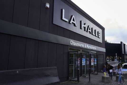 Vivarte pourrait c der une centaine de magasins la halle for La halle au canape
