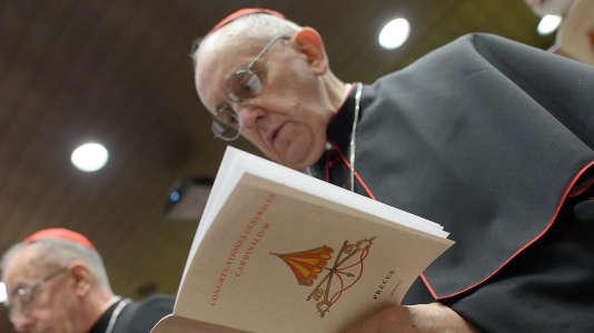 En février2013, la victoire surprise de Jorge Mario Bergoglio, cardinal argentin, face aux deux favoris conservateurs qu'étaient les archevêques de Milan et de Sao Paulo, va stupéfier les observateurs.