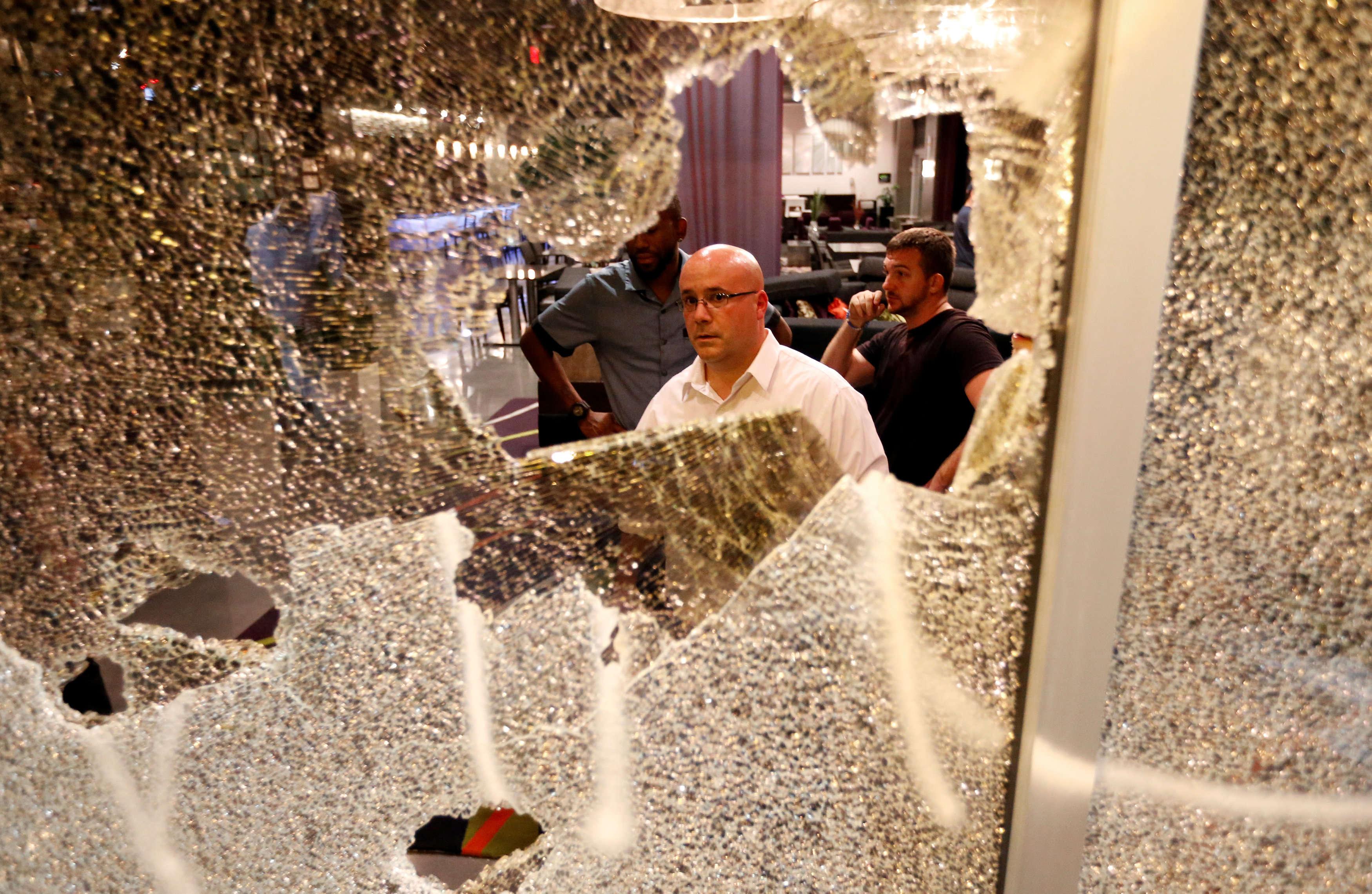 Une vitre brisée de l'hôtelHyatt House, situé dans les quartiers chics de la ville de Charlotte, le 22 septembre.