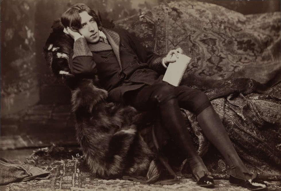 «Allongé dans la pose d'un esthète méditatif, Oscar Wilde est confortablement installé sur un divan couvert de peaux de bêtes. Il porte une veste à larges revers, une culotte de velours, des bas de soie et des souliers vernis. Perdu dans un rêve intérieur, il tient ostensiblement de la main gauche un livre dont le titre ne nous est pas révélé. Les hommes qui lisent sont-ils dangereux?»