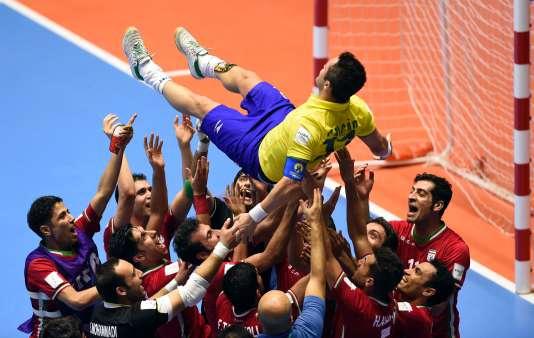 Les joueurs de l'Iran rendent hommage à Falcao après leur victoire aux tirs aux buts face au Brésil, en huitième de finale de la Coupe du monde de futsal.