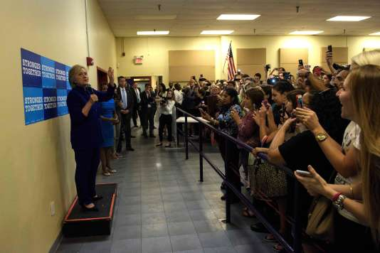 Juchée sur une caisse, Hillary Clinton est venue s'adresser à ceux de ses supporteurs qui ne pouvaient pas entrer dans la salle de son meeting à Orlando (Floride), le 21septembre.