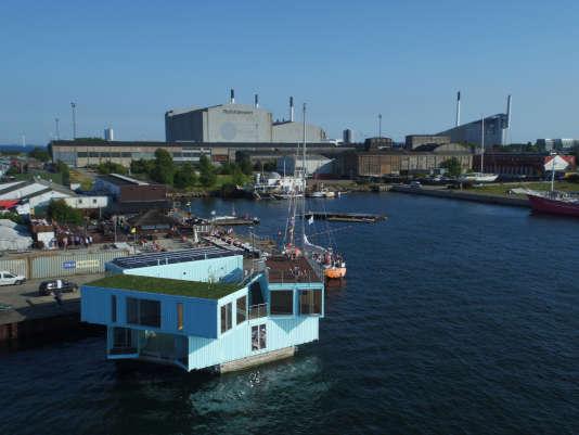 Vue du port de Copenhague où flotte la résidence.