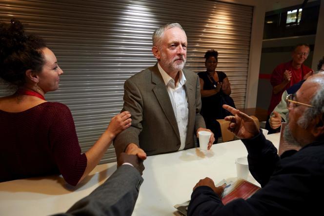 Jeremy Corbyn avec des sympathisants travaillistes, au siège du syndicat Unite, à Londres, le 20 septembre.