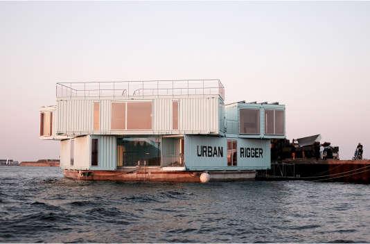 Des conteneurs sont posés sur une plate-forme amarrée au quai, à Copenhague.