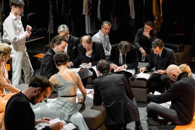 La troupe du Français avec le metteur en scène Ivo van Hove.
