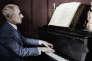 Le compositeur francais Maurice Ravel (1875-1937) jouant du piano en 1932 (document colorisé).