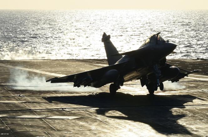 Un Rafale atterrit sur le porte-avions «Charles-de-Gaulle», le 23novembre 2015.