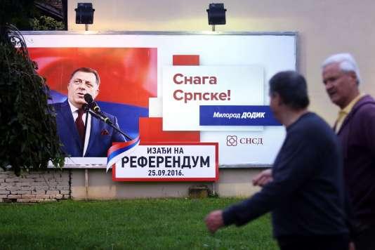 A Banja Luka, la capitale de la République serbe de Bosnie, une affiche annonce le référendum du 25 septembre.