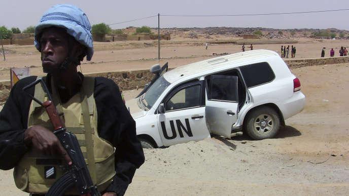 Un soldat de la Minusma monte la garde près d'un véhicule de l'ONU ayant roulé sur un engin explosif près de Kidal, le 14 juillet 2016.