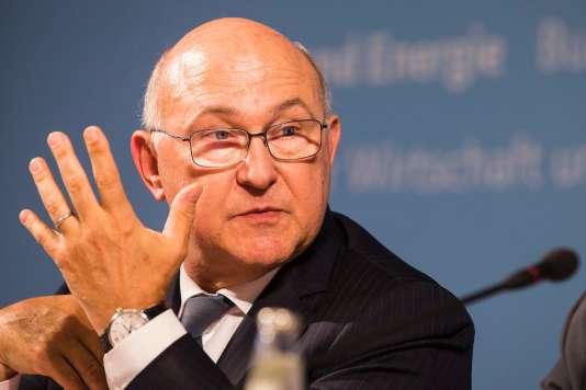 Le ministre de l'économie et des finances, Michel Sapin, revendique le «principe de responsabilité» et maintient l'objectif de ramener le déficit public de la France à 2,7% du produit intérieur brut (PIB) en2017.