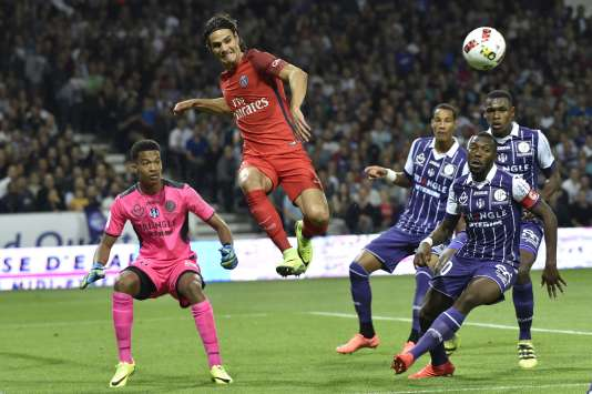 Alban Lafont (à gauche) a repoussé une reprise d'Edinson Cavani de façon spectaculaire au Stadium, à Toulouse.