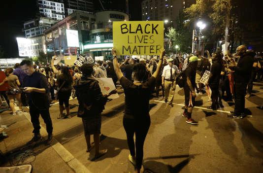 Manifestants à Charlotte (Caroline du Nord), le 22 septembre.« La vie des Noirs compte», peut-on lire sur le panneau brandi par l'un d'eux.