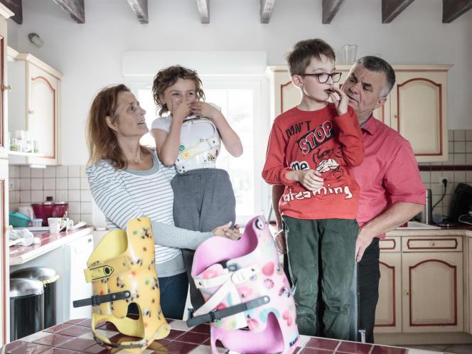 Anne et Jean-Henri Bigot chez eux au lieu-dit LaPétorie, à Carquefou, près de Nantes, avec leurs enfants, Mathis et Léa.