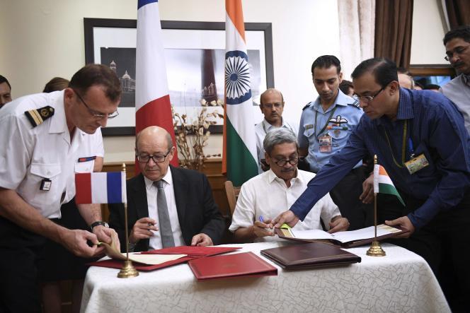 Le ministre de la défense français Jean–Yves Le Drian et le ministre de la défense indien Manohar Parrikar ont signé le contrat à New Delhi, le vendredi 23 septembre.