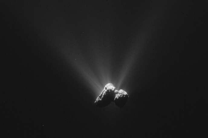 La comète 67P/Tchourioumov-Guérassimenko photographiée par la sonde Rosetta le 21 août 2015.