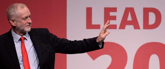 En votant à 61,80% pour M. Corbyn, les adhérents du Labour ont préféré M. Corbyn, 67 ans, à son adversaire, Owen Smith, 46 ans, confirmant et même amplifiant le choix qu'ils avaient fait l'an dernier à la grande surprise de l'establishment du parti et des médias.