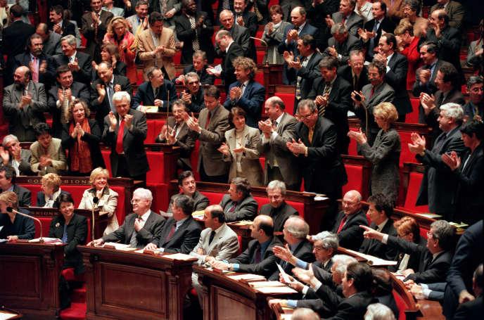 Des députés socialistes applaudissent Lionel Jospin lors d'une séance de questions au gouvernement, en mars2000.