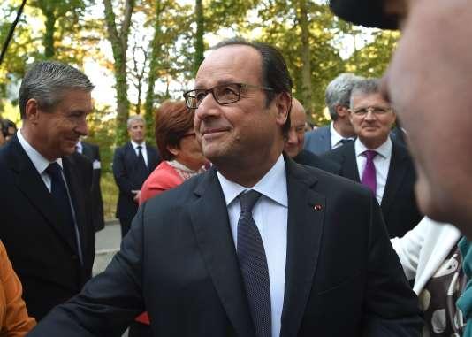 Le président Hollande rencontre des migrants au centre d'accueil et d'orientation de Tours, le 24 septembre.