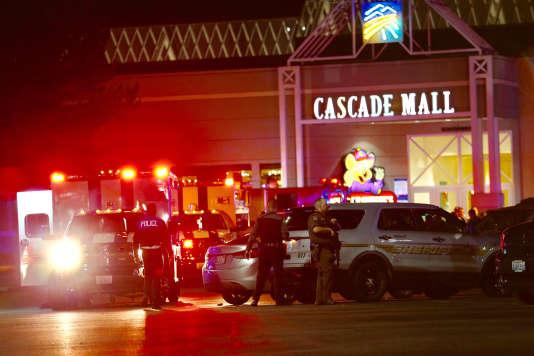Les forces de l'ordre devant l'entrée du Cascade Mall, à Burlington, où un homme a abattu cinq personnes le 23 septembre.