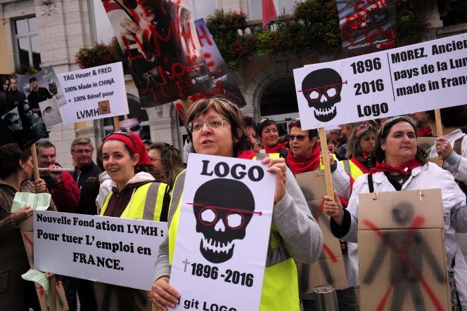 Entre 300 et 500 manifestants ont défilé le 20 septembre à Morez pour soutenir les salariésdu fabricant de lunettes Logo, le 20 septembre.