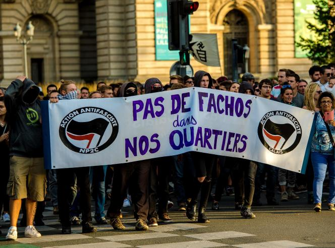Environ 500 personnes ont manifesté samedi à Lille pour protester contre l'ouverture d'un bar,« La Citadelle», appartenant au groupeGénération identitaire, la branche jeunes duBloc identitaire.