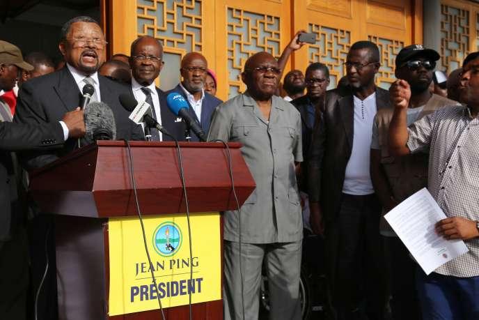 Jean Ping (à gauche), le 24 septembre à Libreville.