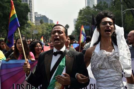 Des militants défilent lors de la contre-manifestation en faveur du mariage pour tous, samedi 24 septembre dans les rues de Mexico, la capitale du pays.