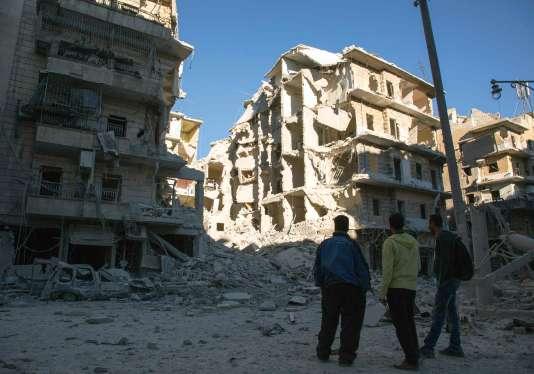 Après une attaque aérienne de l'armée syrienne et de la Russie,à Alep, le samedi 24septembre.
