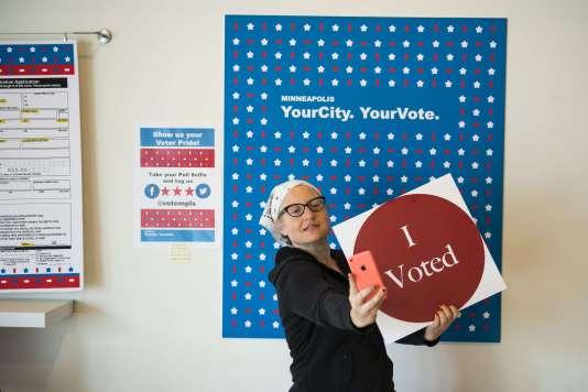 Dans le Minnesota, les électeurs pourront voter pour la présidentielle« en avance»jusqu'au 8novembre . Robin Martin, électrice de Minneapolis, fait un selfie après avoir déposé son bulletin dans l'urne le 23 septembre.