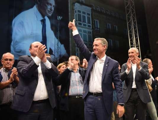 Le candidat du Parti Nationaliste basque (PNV), Inigo Urkullu célèbre sa victoire aux élections régionales basques, le 25 septembre.