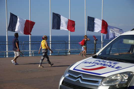 Police sur la promenade des Anglais à Nice.