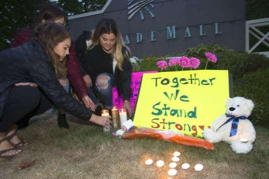 Un petit mémorial a été dressé près du centre commercial ou a eu lieu la tuerie, à Burlington, Etat de Washington.