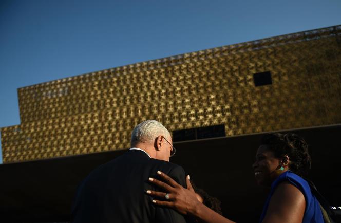 Arrivée du chef de la diplomatie américaine, Colin Powell, à l'inauguration, le 24 septembre 2016, duNational Museum of African American History and Culture à Washington.