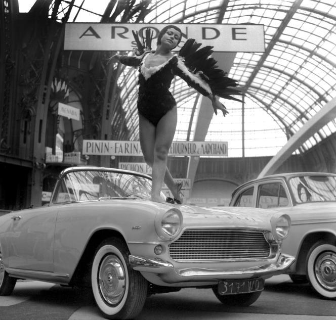 Une Simca Aronde Plein Ciel décapotable présentée en 1958 au Grand Palais, à Paris, où se tenait le Salon jusqu'au début des années 1960.